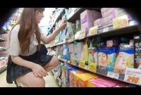 ドラ ッ グ・ストアで、お尻もあそこもモロ出しで買い物中の女子○生!! 7701-014-T
